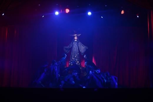 Mở màn, Hồ Ngọc Hà xuất hiện đầy kiêu hãnh với hình ảnh lấy cảm hứng từ tiên hắc ám Maleficent. - Tin sao Viet - Tin tuc sao Viet - Scandal sao Viet - Tin tuc cua Sao - Tin cua Sao