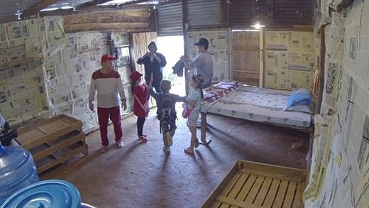 Lần này bốn bố con lần lượt đến xem từng nhà để chọn cho gia đình mình chỗ nghỉ lại qua đêm: nhà hoa hồng, nhà dâu tây,nhà bắp cải, nhà chuông gió. - Tin sao Viet - Tin tuc sao Viet - Scandal sao Viet - Tin tuc cua Sao - Tin cua Sao