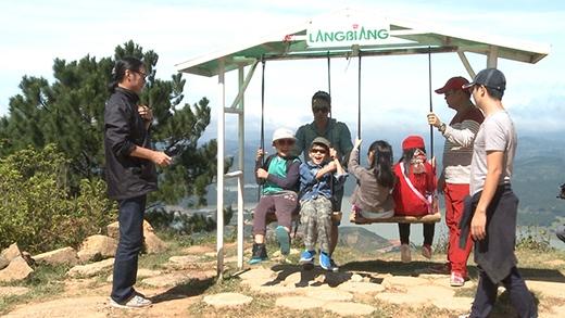 Sau khi dùng bữa trưa trên đỉnh Lang Biang, bố con di chuyển đến thị trấn Lạc Dương, nằm dưới thung lũng núi Lang Biang để thực hiện thử thách. - Tin sao Viet - Tin tuc sao Viet - Scandal sao Viet - Tin tuc cua Sao - Tin cua Sao