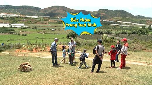 Các bé Bờm, Bo và Suti đều hào hứng với nhà hoa hồng, nhà dâu tây và nhà chuông gió. - Tin sao Viet - Tin tuc sao Viet - Scandal sao Viet - Tin tuc cua Sao - Tin cua Sao