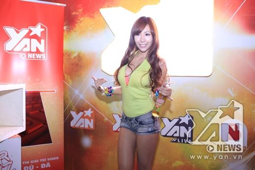 DJ Tenashar nóng bỏng xuất hiện tại booth của YAN