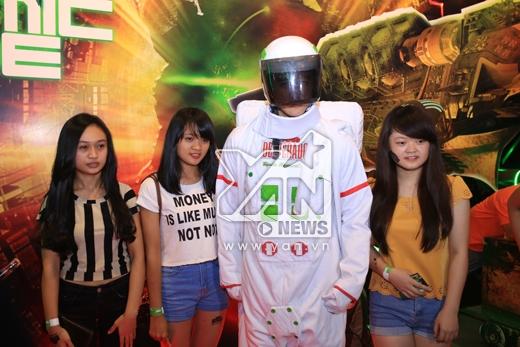 """Rất đông các bạn trẻ háo hức chụp hình lưu niệm cùng """"phi hành gia"""" tại """"phi thuyền"""" Electric Cosmic Ride"""