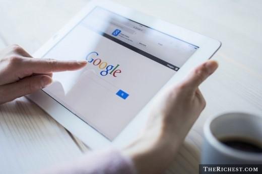 """1. Cái tên 'Google' là do lỗi chính tả. Theo David Koller từ Đại học Stanford, những nhà sáng lập của Google bao gồm cả Larry Page và Sergey Brin đã ngồi cùng nhau để đặt tên cho công nghệ tìm kiếm của mình. Khi ấy, Sean Anderson đã đề nghị lấy tên """"googolplex"""" (10100) để ám chỉ số lượng dữ liệu lớn mà công cụ tìm kiếm này xử lý. Sau đó, mọi người thống nhất rút ngắn tên này thành 'googol', song khi tra cứu tên miền đã đăng ký trên Internet, Anderson lại gõ nhầm thành 'Google'. Điều thú vị là Larry Page rất thích cái tên này và chỉ vài giờ sau, 'google.com' đã được đăng ký."""