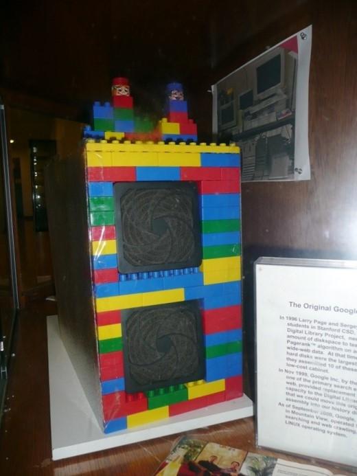 7. Hệ thống lưu trữ đầu tiên của Google được bọc bằng các khối lego và chỉ có dung lượng 40 GB. Tức là, nó còn không bằng một chiếc iPod hiện nay. Tuy nhiên, vào thời bấy giờ, đây đã có thể coi như một siêu máy tính. Việc sử dụng các khối lego để bọc phần cứng là một giải pháp nhằm chuẩn bị sẵn cho trường hợp lắp thêm các ổ lưu trữ. Hiện hệ thống này đang được trưng bày ở trung tâm Jen-Hsun Huang Engineering Center, thuộc Đại học Stanford.