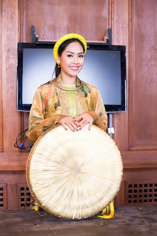 Nguyễn Thị Loan duyên dáng áo tứ thân - Tin sao Viet - Tin tuc sao Viet - Scandal sao Viet - Tin tuc cua Sao - Tin cua Sao