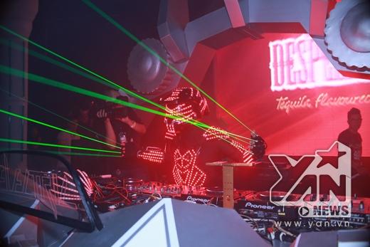 Ngoài các thiết bị điện tử,Robotronikacòn biểu diễn nhạc cụ tạo không khí độc nhất vô nhị và khó quên cho khán giả.