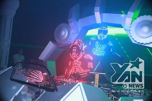 Điểm ấn tượng củaRobotronikalà màn biểu diễn ánh sáng đánh thẳng vào thị giác người xem.