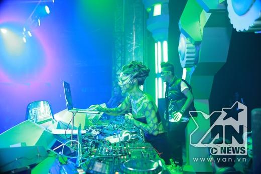 Nữ DJ của chương trình được hóa trang giống những nhân vật trong bộ phim Avatar