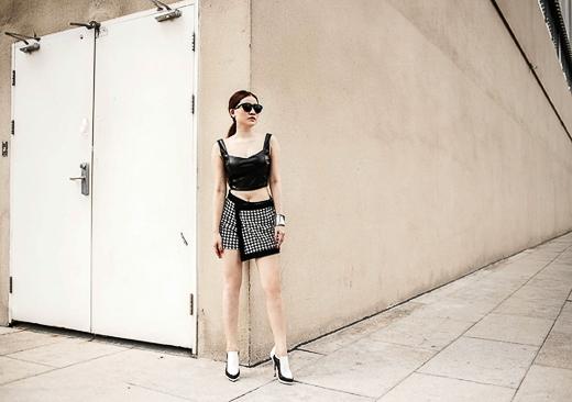 Sành điệu và cá tính với crop-top đen gợi cảm và chân váy quấn hoạ tiết kẻ đen trắng