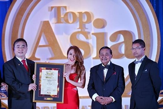 Đây là lần đầu tiên một nghệ sĩ Việt Nam được tôn vinh danh hiệu 'Asia's Music Legend' bởi Nhà Xuất bản Top 10 of Asia. - Tin sao Viet - Tin tuc sao Viet - Scandal sao Viet - Tin tuc cua Sao - Tin cua Sao