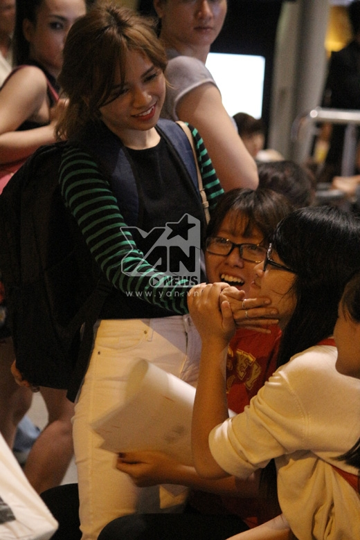 Sĩ Thanhhạnh phúc vì được các fan ra tận sân bay đón - Tin sao Viet - Tin tuc sao Viet - Scandal sao Viet - Tin tuc cua Sao - Tin cua Sao