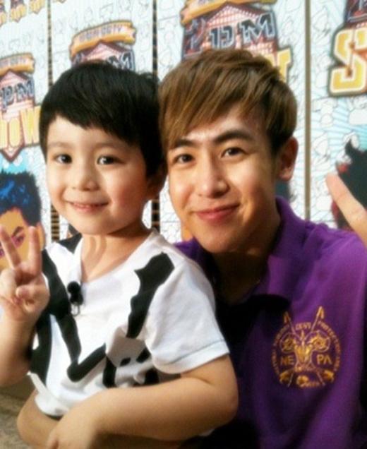 Vốn dĩ sở hữu hai dòng máu Canada và Hàn Quốc, Moon Mason nhanh chóng trở thành một trong những đứa bé nổi tiếng nhất Hàn Quốc. Bên cạnh đó, cậu bé còn được mệnh danh là 'tiểu Nichkhun' khiến cộng đồng Kpop vô cùng thích thú.