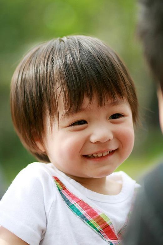 Recipon William Leo cực đáng yêu với chiếc miệng nhỏ cùng mái tóc ngắn. Cậu bé mang hai dòng máu Pháp và Hàn Quốc này đã hớp hồn những khán giả theo dõi Hello Baby từ lần đầu gặp mặt.