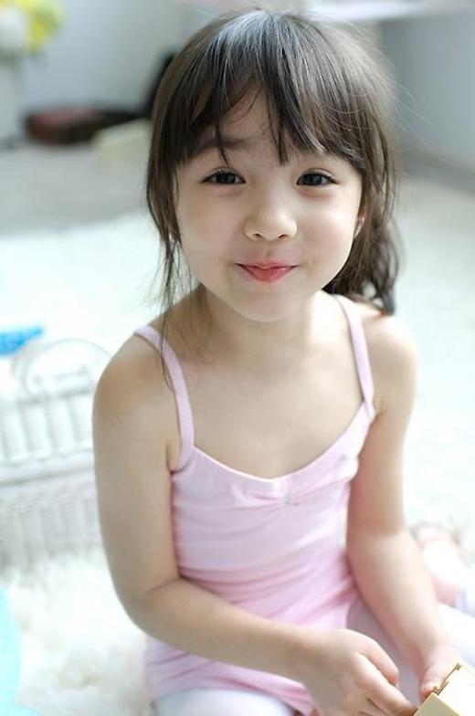 Cristina Fernandez Lee là cô bé mang hai dòng máu Tây Ban Nha và Hàn Quốc cũng chiếm nhiều tình cảm của mọi người qua những mẩu quảng cáo quần áo cho trẻ em.