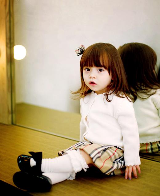 Miso Kenny Hayden hoàn toàn thu hút người khác với vẻ mặt đáng yêu như búp bê. Nét đẹp cô bé là sở hữu của 3 'dân tộc' Mỹ - Ý - Hàn Quốc và trở thành những gương mặt quen thuộc trong dàn 'người mẫu' trẻ em.