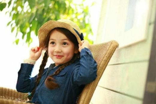Cô bé Keira Lisbeth Poulton mang hai dòng máu Mỹ - Hàn đã 'đốn tim' mọi người bằng gương mặt dễ thương và hai lúm đồng tiền cực duyên.