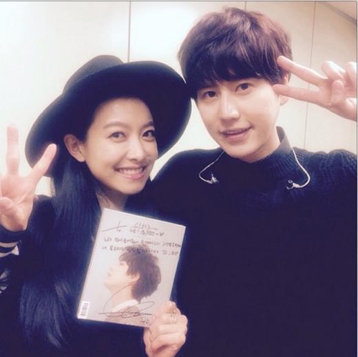 Victoria nhí nhảnh tạo dáng bên Kyuhyun, cô nàng đã tranh thủ thời gian để đến ủng hộ đồng nghiệp của mình