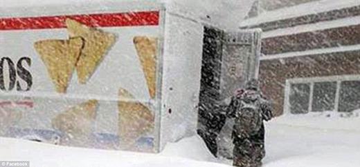 Các cư dân sắp chết đói ở Buffalo lùng sục thực phẩm trong xe tải Doritos.