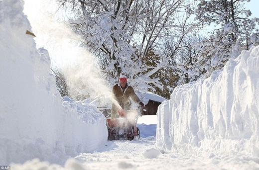 Tuyết quá dày đến trên dưới 1m khiến việc dọn dẹp tuyết vô cùng khó khăn, kể cả dùng máy.