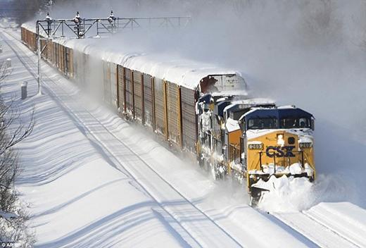 Tàu vận tải đi xuyên qua phía tây bang New York, trong khi đó tàu phục vụ hành khách tạm dừng hoạt động.