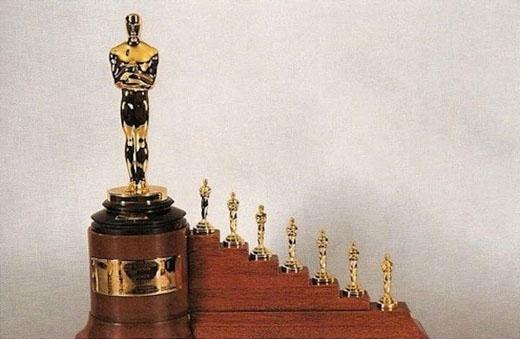 Khi bộ phim Bạch tuyết và bảy chú lùn nhận giải Hàn lâm đặc biệt, các nhà làm phim hoạt hình đã nhận được 1 tượng vàng với size bình thường và bảy tượng nhỏ hơn tượng trưng cho bảy chú lùn.