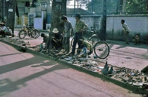 Dọc lề đường là những hàng loạt các 'tiệm' bán đồ với đầy đủ thể loại khác nhau