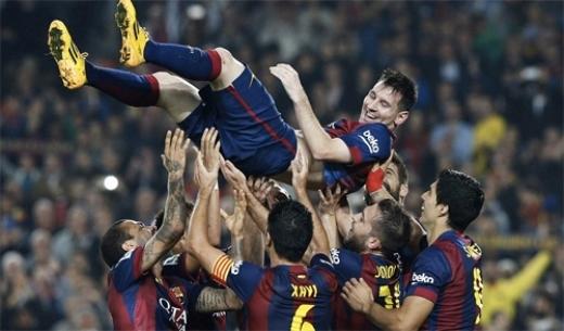 Messi được các đồng đội tung hô như ông hoàng. Ảnh: Reuters.