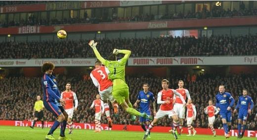 Pha bóng khiến Arsenal chịu bàn thua đầu. Ảnh: BPI.