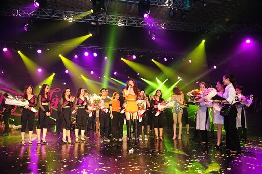 Cũng giống như Hồ Ngọc Hà Live concert 2011, Hồ Ngọc Hà Live Concert 2014 đã thực sự tạo ra những chuẩn mực mới về một sân khấu giải trí của showbiz Việt ở thời điểm hiện tại. - Tin sao Viet - Tin tuc sao Viet - Scandal sao Viet - Tin tuc cua Sao - Tin cua Sao