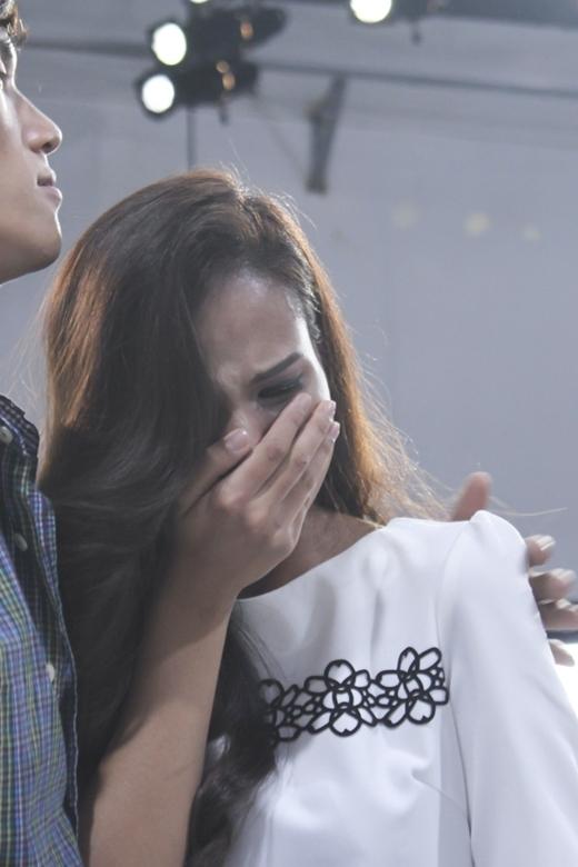 Tiêu Linh được xem là một thí sinh mạnh mẽ nhất nhà chung nhưng khi Đức Anh ra về, cô không thể cầm được nước mắt khi phải nói lời tạm biệt với người bạn thân nhất của mình.