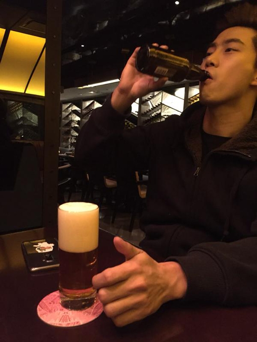 Taecyeon khoe hình uống bia và chia sẻ trên twitter của mình: 'Sắp tăng cân ở Mỹ rồi. Ở đây có rất nhiều loại nhưng tôi không thế thử hết được'.
