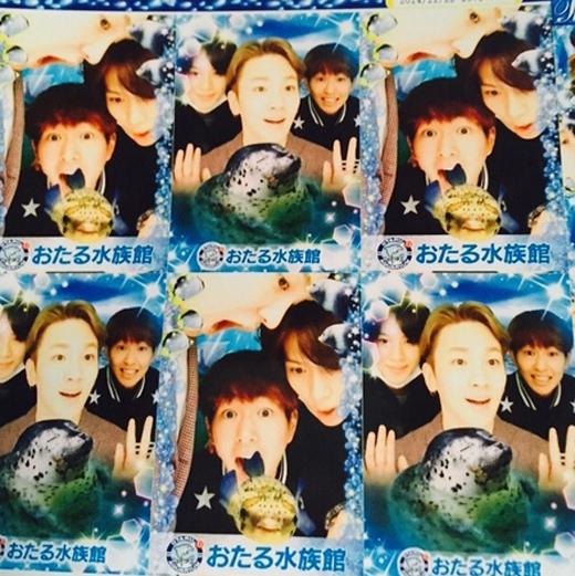 Key, Onew và Taemin hí hửng chụp hình sticker và tạo nhiều kiểu dáng khó đỡ khiến fan vô cùng thích thú.