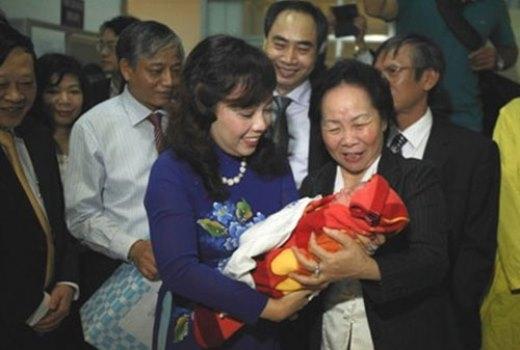 Bộ trưởng Bộ Y tế Nguyễn Thị Kim Tiến bế công dân thứ 90 triệu