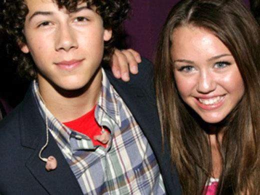 Đầu năm 2009, có nhiều tin đồn lan rộng về việc hẹn hò của MileyvàNick Jonas, họ được cho là đã hẹn hò trong vòng 2 năm.