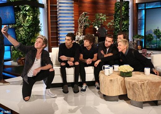 Các chàng trai nhắng nhít chụp ảnh tự sướng cùng 'chủ xị'Ellen trong chương trình.