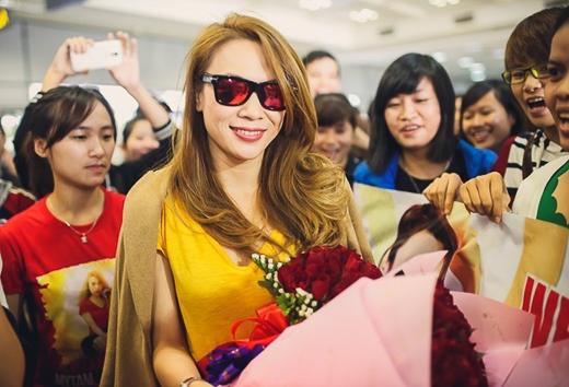 Ngay từ sớm đã có rất nhiều fan đến sân bay Nội Bài để chờ đợi nữ ca sĩ Như một giấc mơ cũng như chúc mừng cho giải thưởng vinh dự mà cô vừa được nhận. - Tin sao Viet - Tin tuc sao Viet - Scandal sao Viet - Tin tuc cua Sao - Tin cua Sao
