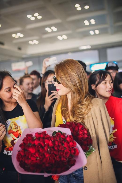 Không ít khán giả đến từ nhiều thành phố khác đến Hà Nội theo dõi live concert Heartbeat cũng tập hợp đông đúc khiến một góc sân bay trở nên rộn ràng hơn bao giờ hết. - Tin sao Viet - Tin tuc sao Viet - Scandal sao Viet - Tin tuc cua Sao - Tin cua Sao