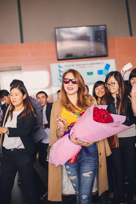 Vừa đến Hà Nội, nữ ca sĩ cùng ê-kíp nhanh chóng đến sân vận động Hàng Đẫy để tham gia buổi tổng duyệt, chuẩn bị cho concert vào ngày mai. Đêm diễn trước đó diễn ra tại sân vận động Quân khu 7 (TP.HCM) đã thành công tốt đẹp và tạo tiếng vang lớn. - Tin sao Viet - Tin tuc sao Viet - Scandal sao Viet - Tin tuc cua Sao - Tin cua Sao