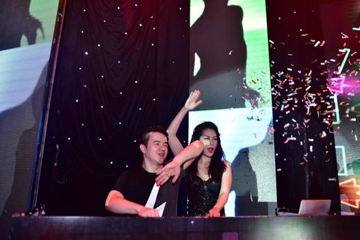 Nối tiếp chương trình bằng phần khoe tài DJ của Trương Ngọc Ánh, trong phần thể hiện này, Kim Lý cùng tất cả các diễn viên trong chương trình đã có mặt để vừa nhảy, vừa hát với tất cả mọi người. - Tin sao Viet - Tin tuc sao Viet - Scandal sao Viet - Tin tuc cua Sao - Tin cua Sao