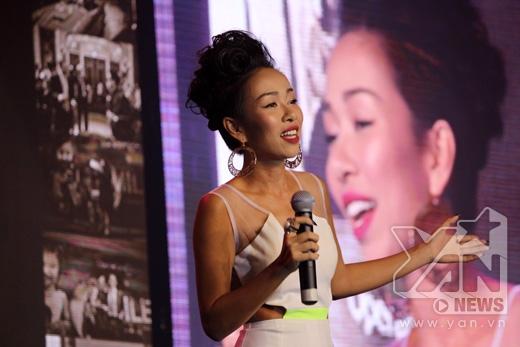 Nữ ca sĩ thể hiện One moment in time đầy cảm xúc đến mức ngay khi vừa kết thúc bài hát cả hội trường hơn 2000 khán giả đã đứng dậy và cổ vũ cho cô.