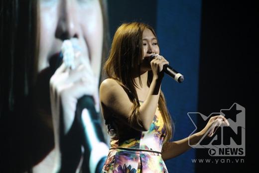 Sau tiết mục nổi ga dà từ Thảo Trang thì khán giả lại không khỏi xúc động khi lắng nghe giọng hát của Chadleen, nữ ca sĩ Phillipines kể lại câu chuyện đời mình bằng âm nhạc - ca khúcFootprint on the sand
