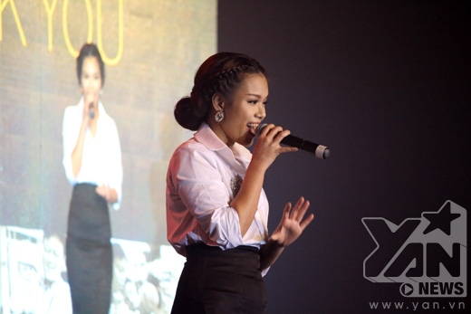 Phương Vy kết thúc đêm nhạc bằng giọng hát tình cảm cùng những chia sẻ xúc động của mình.