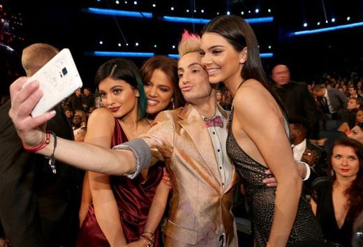 Frankie Grande nhắng nhít chụp ảnh tự sướng cùng Khloe Kardashian và các chị em gái của cô là Kendall và Kylie Jenner.
