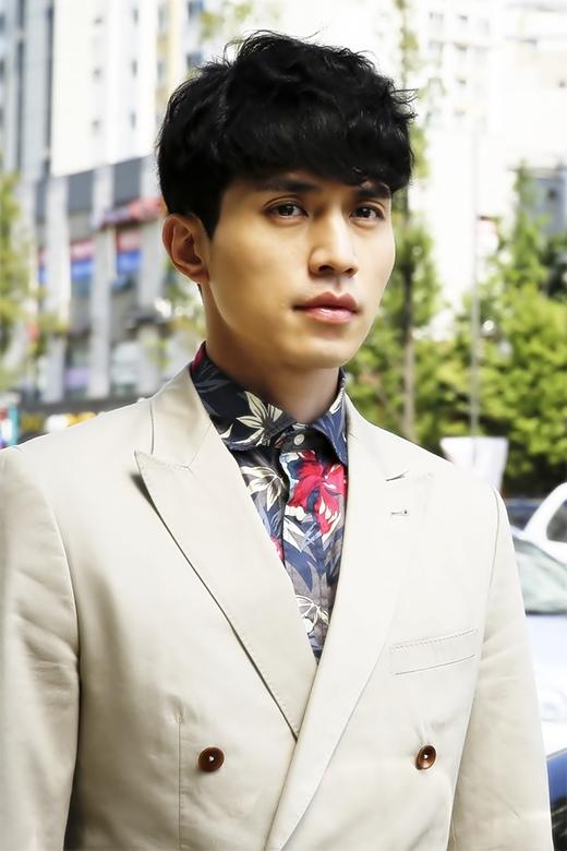 Sở hữu một gương mặt cực điển trai, không ai tin rằng Lee Dong Wook đã bước sang tuổi 33. Trong những năm qua, khả năng diễn xuất của anh đã chứng minh được rằng anh không chỉ có một khuôn mặt đẹp mà anh còn có thể chinh phục trái tim của khán giả qua những vai diễn đầy ấn tượng.