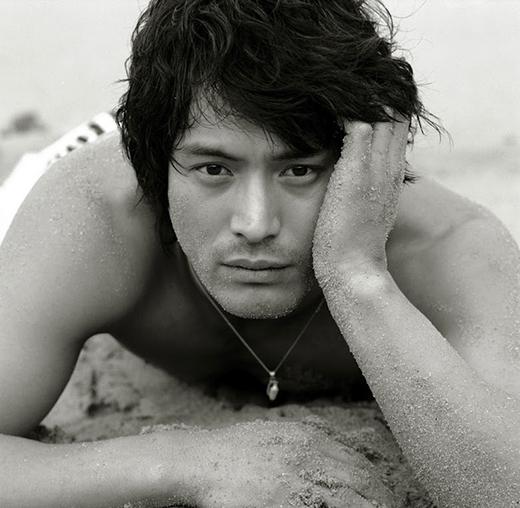 Oh Ji Ho được xem là một trong những nam diễn viên làm 'tan chảy' trái tim của fan nữ trong nhiều năm nay. Với nét đẹp gồ ghề cùng lúm đồng tiền cực sâu, nam diễn viên 38 tuổi chưa bao giờ hết hấp dẫn trong mắt khán giả.