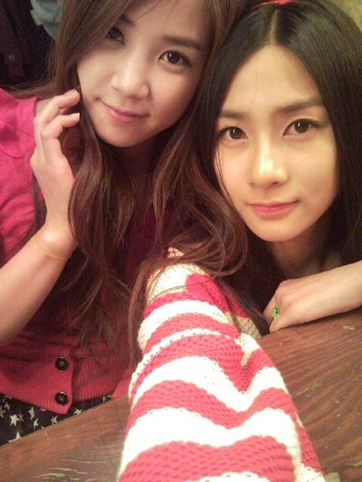 Những tấm ảnh của Hayoung và Choring (A Pink) khiến nhiều người không nghĩ rằng em út Hayoung chỉ mới 18 tuổi. Bên cạnh đó, Chorong (1991) lại có gương mặt dịu dàng và đáng yêu lại là chị cả của A Pink.