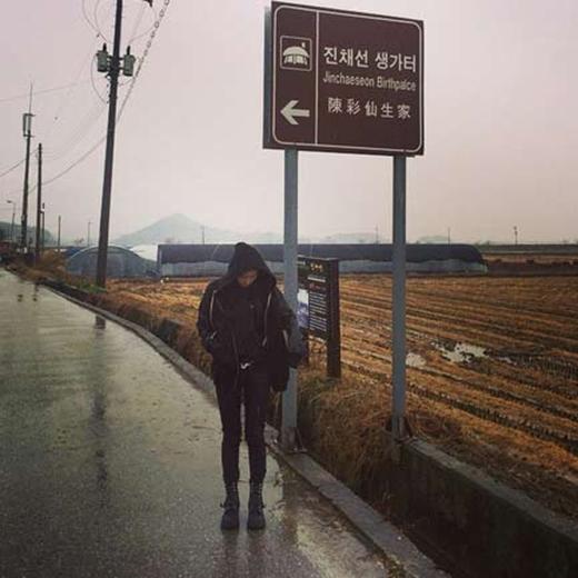 Suzy đang bận rộn tham gia bộ phim điện ảnh mới, cô khoe hình ảnh đứng dưới mưa và chia sẻ: 'Jinchaeson. Tôi. Dori Hwaga. Trời đang mưa và lạnh quá'.