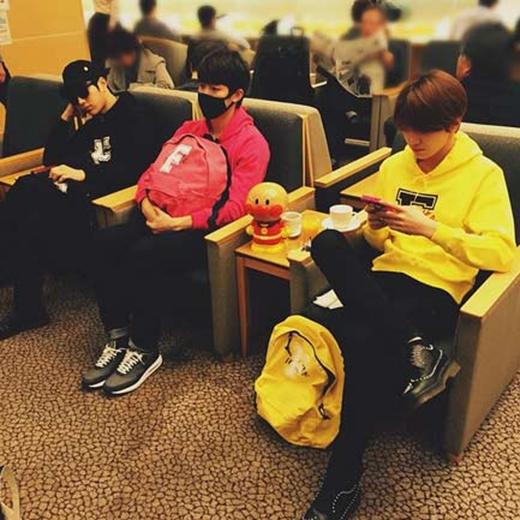 L (Infinite) đang đợi các thành viên khác và anh chia sẻ trên trang cá nhân của mình: 'Chúng tôi đang trên đường đến Tokyo'.