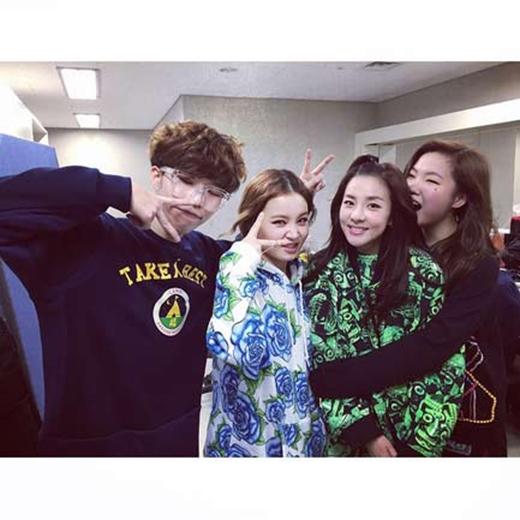 Dara đã đến xem concert của AKMU và chia sẻ hình ảnh lên Instagram của mình: 'Những đứa trẻ này là ai...?'