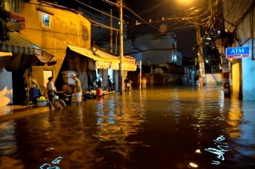 Trước đó một vài ngày, thành phố Hồ Chí Minh cũng rơi vào tình trạng ngập nặng này